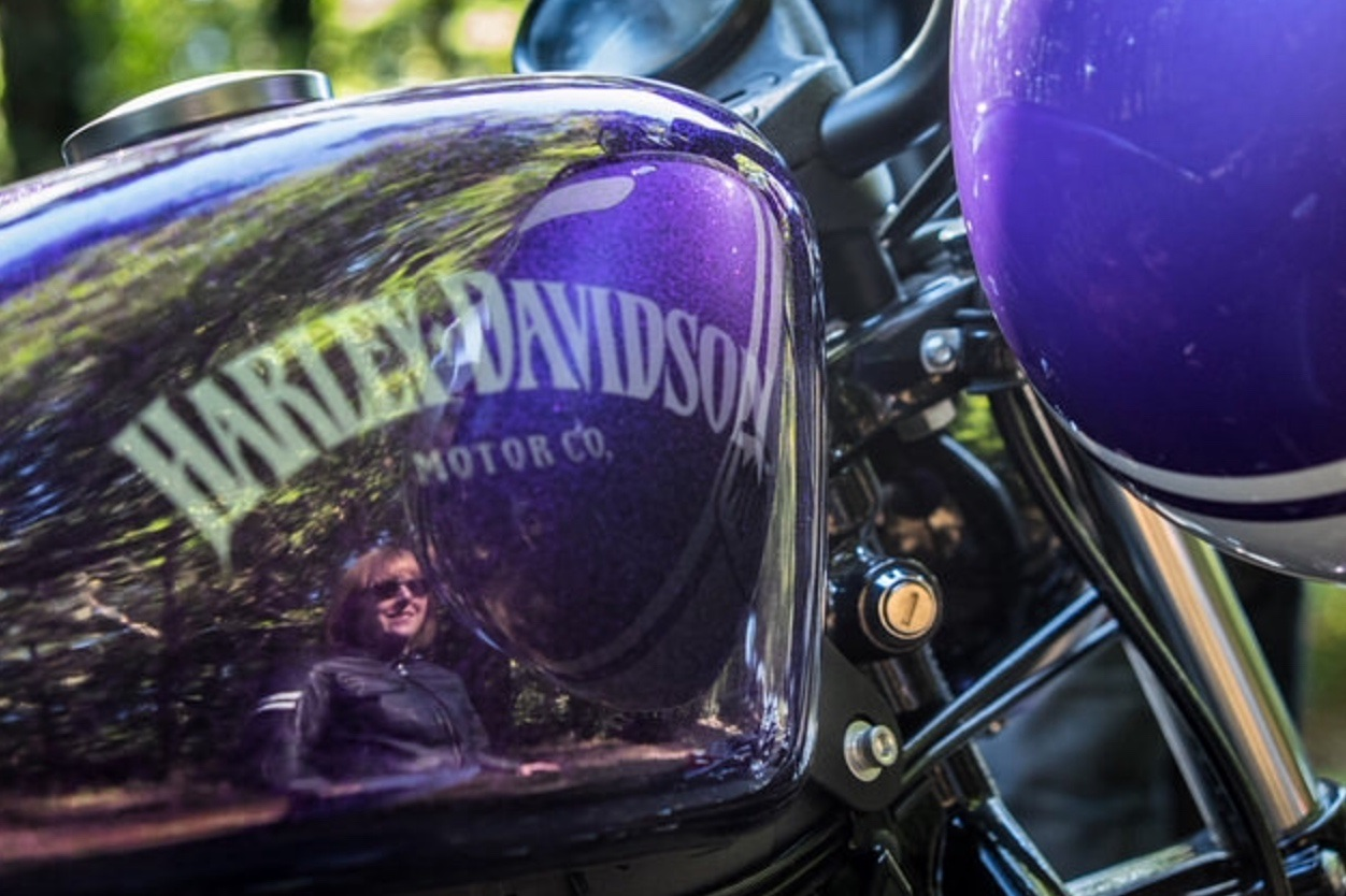 The Voodoo purple girl – Portrait d'une femme qui roule à moto !